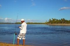 Pescador em momento tranquilo na Ilha antes da chegada dos turistas