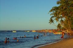 Turistas se refrescam nas águas tranquilas de Boipeba