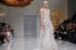modelo-apresenta-vestido-da-estilista-chinesa-guo-pei-em-paris-1454014755410_1920x1080