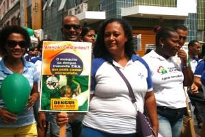 Cartaz alerta as gestantes para os casos de microcefalia causadas pelo zika vírus
