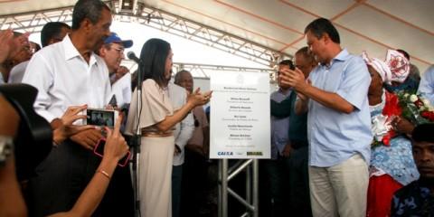 Governador Rui Costa e prefeita Jucélia Nascimento descerram Placa Inaugural das casas do Residencial Nova Valença
