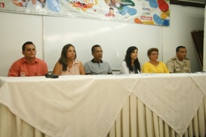 Mesa posta para coletiva de imprensa sobre o CarnaGamboa