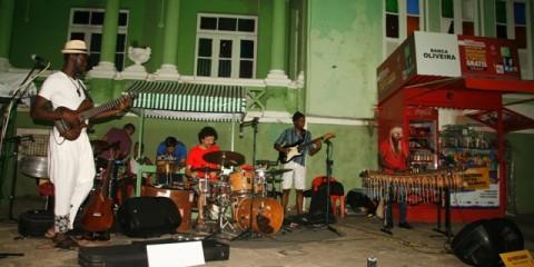 Músicos da Aly Keita Band com artistas do Mali, Chade e Brasil