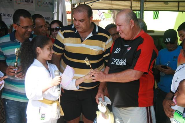 Defensor Público Dr. Carlso Vasconcelos Maia Filho recebe homenagem de aluna de Karatê que apoia