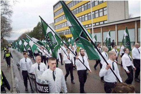 Militantes neonazistas da organização de extrema direita autodenominada Nordiskamotståndsrörelsen (Movimento de Resistência Nórdica).
