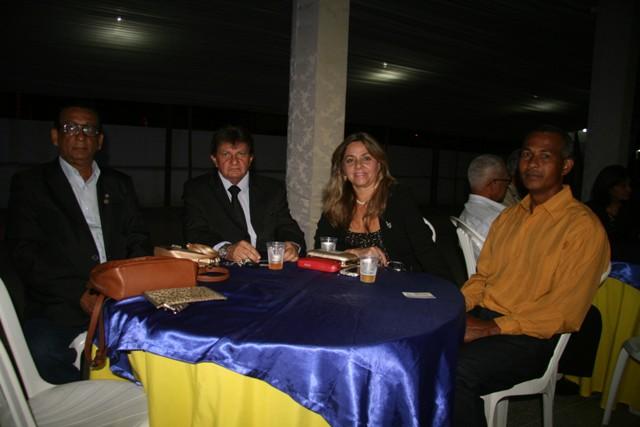Dorothy Nunes, presidente do Rotary Santo Antônio de Jesus e esposo, ao lado dos companheiros do Rotary Valença