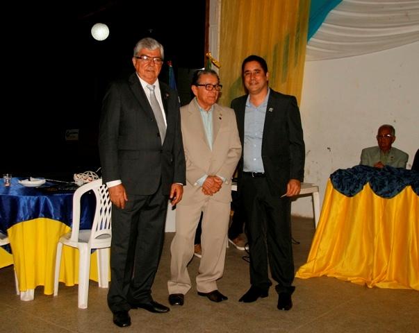 José Antar e Francisco Porto Negrão recebem o broche de 100_