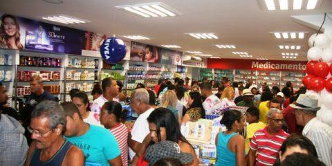Preços atrativos levou vários clientes à loja na sua noite de inauguração