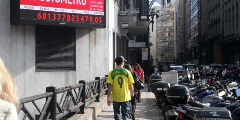 O impostômetro marcou novo recorde nesta madrugada, com R$ 600 bilhões de impostos federais, estaduais e municipais, arrecadados dos brasileiros, na rua Boa Vista, centro de São Paulo, SP.