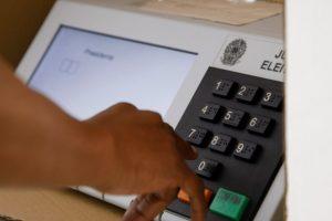 Elei?es 2014 - Voto em tr?nsito no IESB, Asa Sul, Bras?lia.