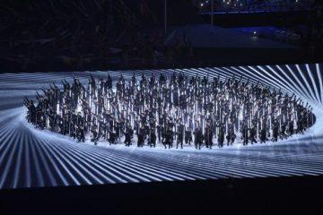 a-organizacao-da-cerimonia-de-abertura-usou-muitos-recursos-de-projecao-de-luz-para-simular-cenarios-e-interagir-com-os-figurantes