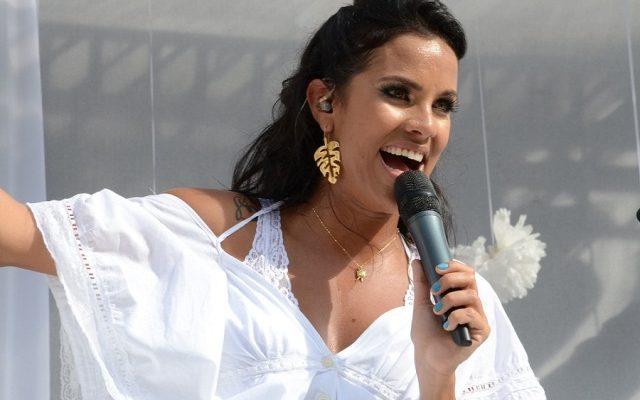 Cantora Ju Moraes faz show para passageiros na fila do ferry
