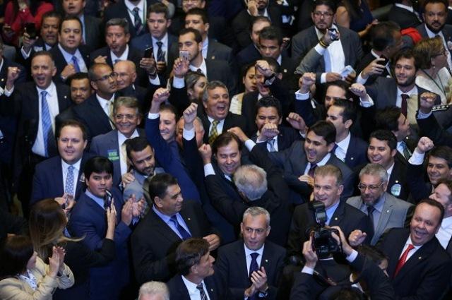 O deputado Rodrigo Maia (DEM-RJ), eleito à presidência da Câmara, comemora a vitória com parlamentares