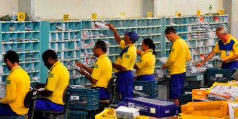 13/10/2011. Crédito: Breno Fortes/CB/D.A Press. Brasil. Brasília - DF. Carteiros trabalhando no centro de distrituição dos Correios do SIA após voltarem da greve.