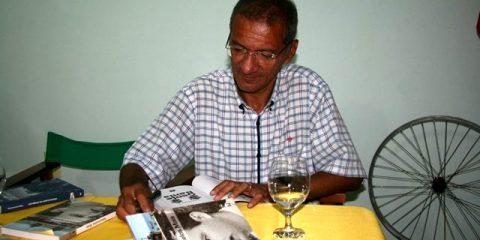 Escritor e jornalista Elieser César autografou livros em Valença