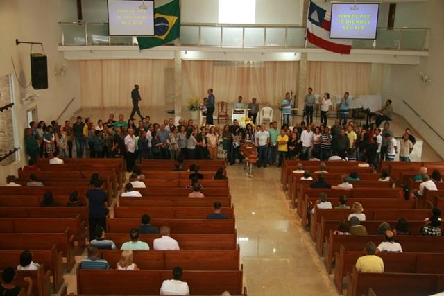 Familiares e amigos se despedem de Mestre Valtinho, durante velório na Primeira Igreja Batista