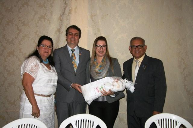 Governador Distrital e sua esposa são presenteados pelo Rotary de Valença