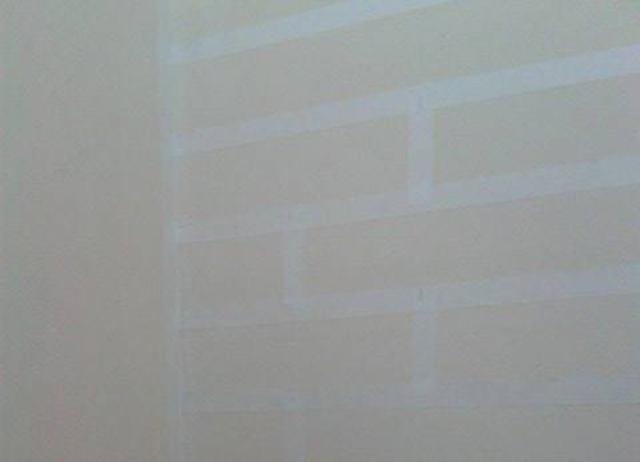 Utilize a fita crepe para desenhar os tijolinhos na parede