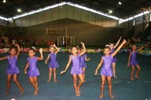 Equipe infantil de ginástica rítmica