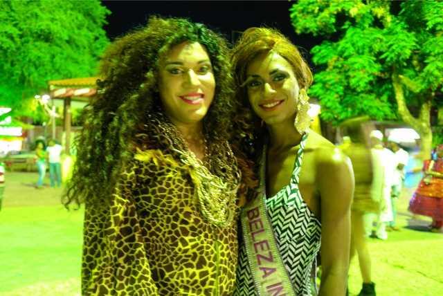 Os transformistas Scarleth Sangalo e a 'miss beleza internacional'